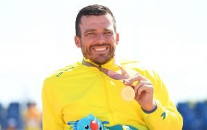 An image of Kurt Fearnley with his gold medal
