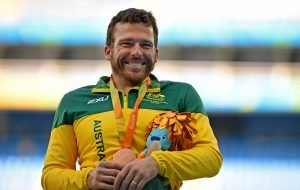 Image of Kurt Fearnley smiling with his medal
