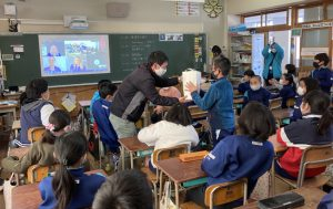 Japanese classroom full of students with Australian Paralympians on a video call on the big screen