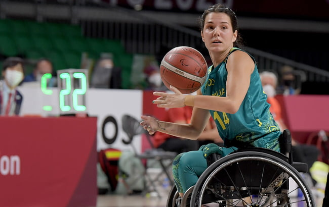 Australian wheelchair basketballer Ella Sabljak looking to pass the ball